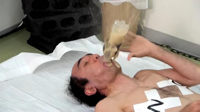 エガちゃんねる 手を使わずにコーラを飲む男